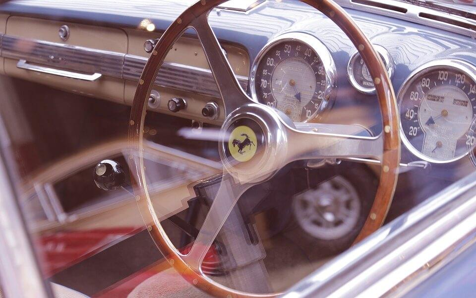 Приобрести подержанный автомобиль в салоне или с рук?